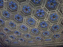 Пала́ццо Ве́ккьо-Потолок Зала лилий, на потолке Зала лилий-золотой цветок лилии на синем фоне-герб франц.графов Анжу,помогавших флорент.гвельфам в их борьбе с гибеллинами и способствов.их оконч. победе.Мраморный скульпт.портал, ведущий в Зал лилий-работы бр. Бенедетто и Джулиано де Майано, интарсия по дереву выполнена Дель Франчьоне.