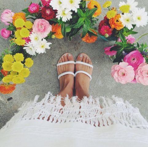 Americana é obcecada em fotografar os próprios pés em cenários diferentes | Virgula