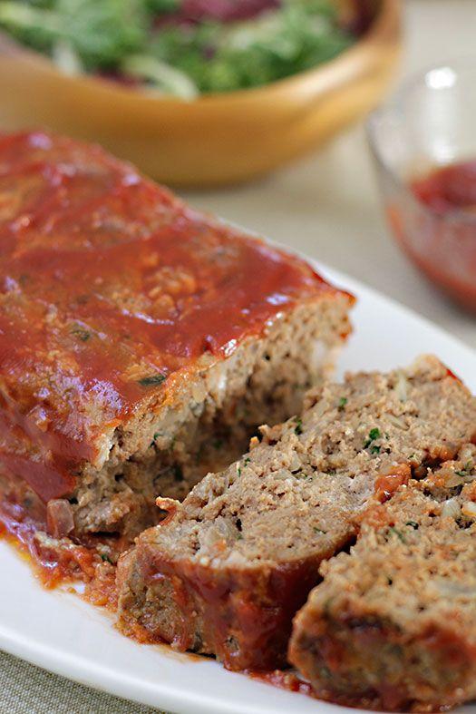 Si se hace con carne molida, puede ser de pavo, de res, de cerdo o de cordero que aquí se consume mucho. También se puede mezclar carne cerdo y de res. Se necesita cebolla, ajo y perejil picado, sal y pimienta, hierbas que pueden ser secas o frescas (tomillo, orégano, albahaca), queso parmesano (que se le puede poner a la mezcla o por fuera para gratinar), un par de huevos, salsa de tomate (tomato sauce).