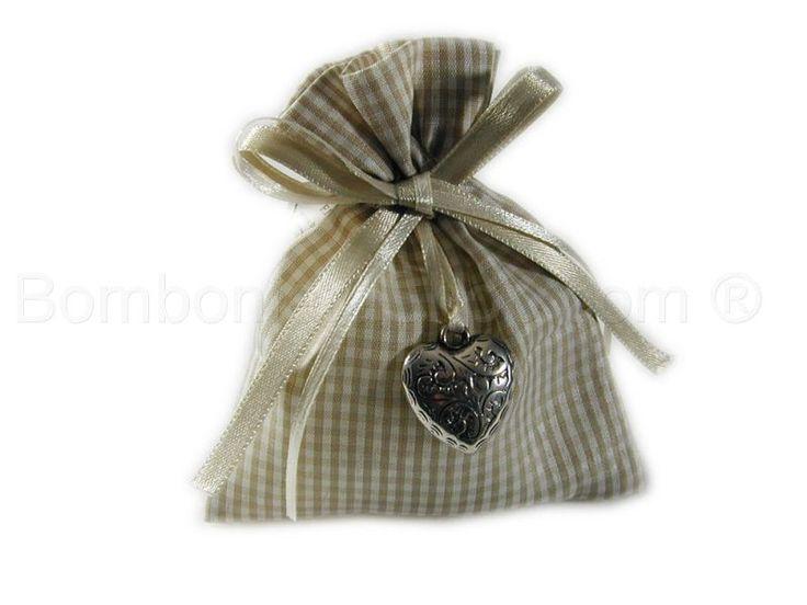 Sacchetto portaconfetti quadretti bianco beige con cuore metallo argentato