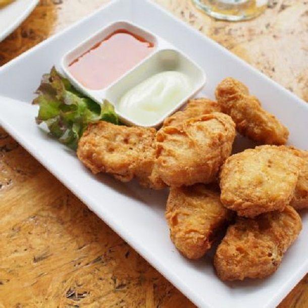 AMcNugget a kedvenc finomságaid közé tartozik? Könnyedén megcsinálhatod otthon is! Hozzávalók: 30 dkg liszt 1 teáskanál kukoricaliszt 1 teáskanál fokhagymapor 1 teáskanál vöröshagymapor 1 tojás 2,5 dl szénsavas ásványvíz 2 csirkemell...