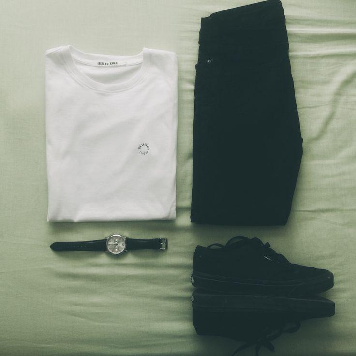 Camiseta blanca de #Ben #Sherman + Vaqueros pitillos #ASOS Hombre + #Converse total black + Reloj #Viceroy de correa negra. #BlackAndWhiteLook. ¡Feliz domingo!