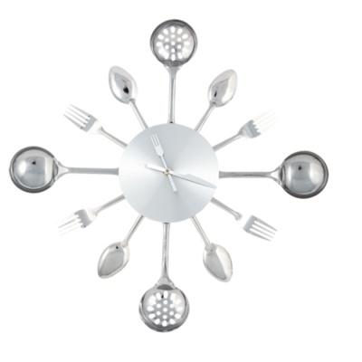 Wandklok met bestek en spatels: Een metalen klok met vorken, lepels, opscheplepels en spatels in plaats van cijfers en vork en mes als wijzer. Past goed in de keuken. #klok #keukenklok #wandklok #bestekklok #Invotis