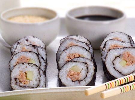 Receita de Sushi de Atum - sushi da seguinte maneira: em uma esteirinha de madeira ou papel alumínio coloque 1 folha de alga, com a face brilhante para baixo. Divida o arroz...
