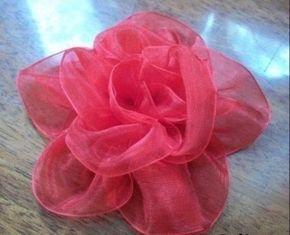 Amigas me encontre esta forma de hacer flores con liston, ya sea que necesiten hacer algunas para sus decoraciones, sus ramos, sus recuerdos, donde sea que las necesiten, me parece una forma facil de hacerlas y se ven muy bonitas, ojala que les sea