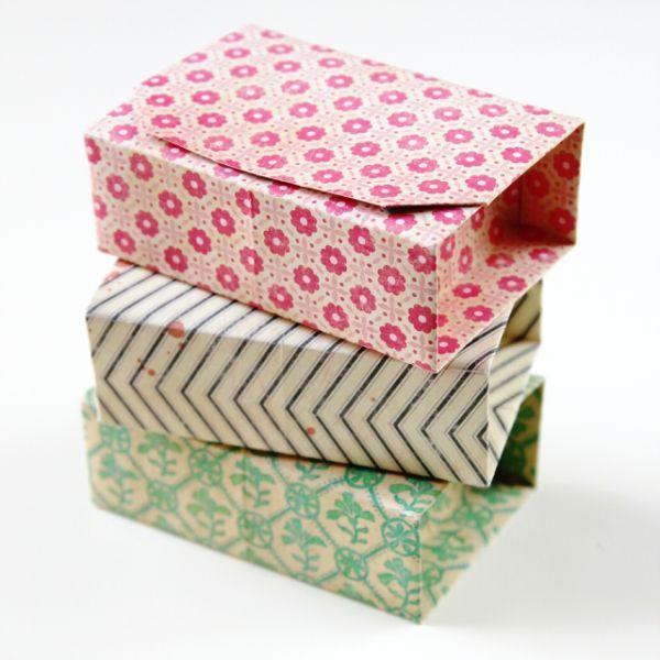 A seguir você vai aprender passo a passo como fazer caixas de origami com tampa, para presentear, vender ou guardar os seus objetos pequenos. Faça quanta
