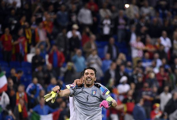 Italy's goalkeeper Gianluigi Buffon celebrates a 2-0 victory following the Euro 2016 group E football match between Belgium and Italy at the Parc Olympique Lyonnais stadium in Lyon on June 13, 2016. / AFP / jeff pachoud