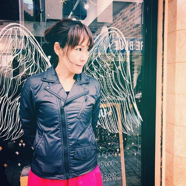 素敵なウォールアートを見つけたので写してみました . . 場所はなぜまち商店街奄美本通りにあるHair&Make VeRy さんです . #ウォールアート #翼 #羽 #window #windowart #wings #feathers #happy #stilllife #very #amami @very_amami