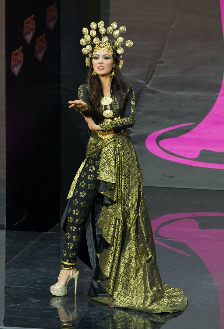 2013 MISS UNIVERSE NATIONAL COSTUME SHOW CAREY NG---MISS MALAYSIA 2013 MODELS IN THE CONTEST ON 11/3/13
