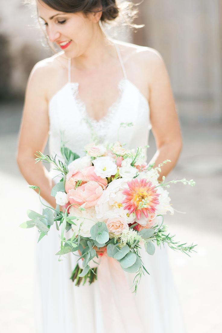 Brautstrauss pastell und apricot mit Pfingstrosen und Eukalyptus - Kreative Sommerhochzeit mit tollen Ideen für Kinder | Hochzeitsblog The Little Wedding Corner