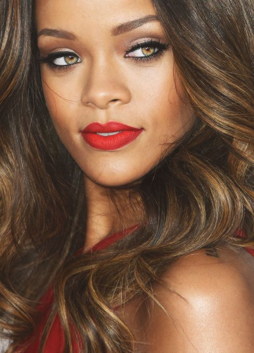 Rihanna divou accurate with this mix of golden shadow pearly, dull brown smoky (the hollow and the outer corner) and delineated. In apples bronzing powder and mouth a mixture of blood red and orange red (rolled + Ruby Woo by MAC Lady Danger from MAC in the center of the lips).