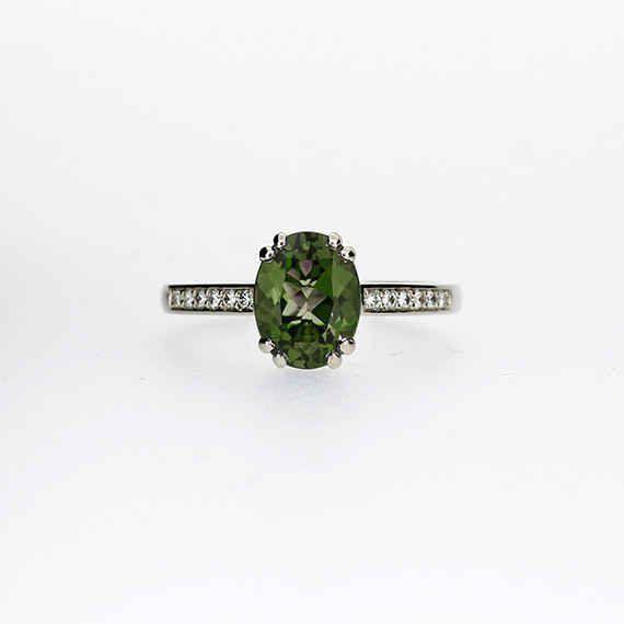 Anillo de compromiso de peridoto con banda de diamantes, $1,745
