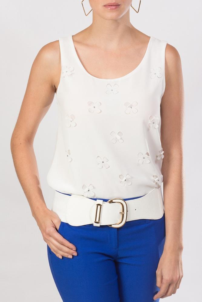 Blusa blanca con aplicaciones de flores, usa pantalón azul y tu look KAMI está completo.