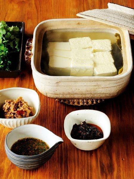 さっぱり湯豆腐は、 たれで味を変えてみて。 『ELLE a table』はおしゃれで簡単なレシピが満載!