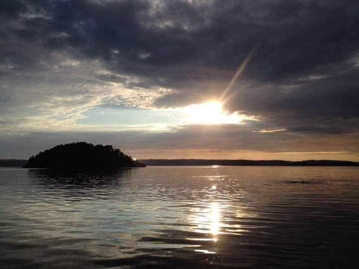 En ensam ö i havet... #solnedgång #speglingar #ö #sommarhimmel #ljungskileviken