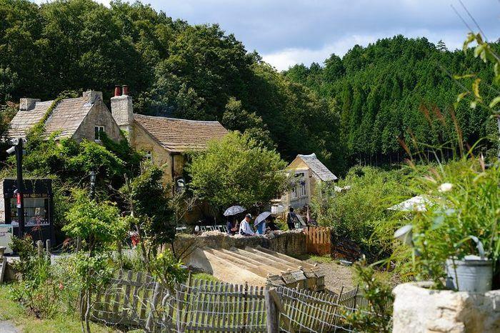 たどり着くまでは、本当に普通の山の道。しかし一歩村に足を踏み入れると、細部まで作りこまれた英国カントリーサイドが現れます。