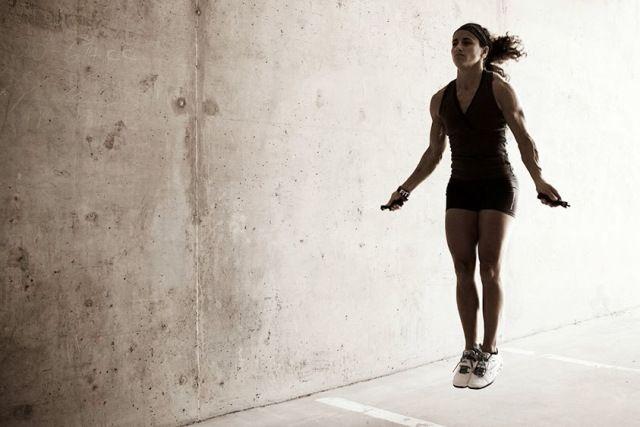 Das Seilspringen ist nur eine von vielen Komponenten beim CrossFit, dafür aber ein richtiger Allrounder. Doch wie kriegt man diese verflixten Double Unders überhaupt hin? Ich verrate es euch