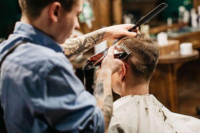WEBSTA @ frisorworkshop - «Каждый клиент оставляет после себя какое-то «послевкусие», каждый диалог всегда имеет вес. Мне нравится за это моя работа. Каждый день я слушаю десяток личных историй, вижу разные характеры и взгляды на жизнь. От постоянного общения иногда, конечно, устаешь, но в этом — свой кайф», — мастер Frisor Александр Доманский.#frisorworkshop #frisor #barbershop #barber #barberua #барбершоп #фризор #kiev #kyiv #киев