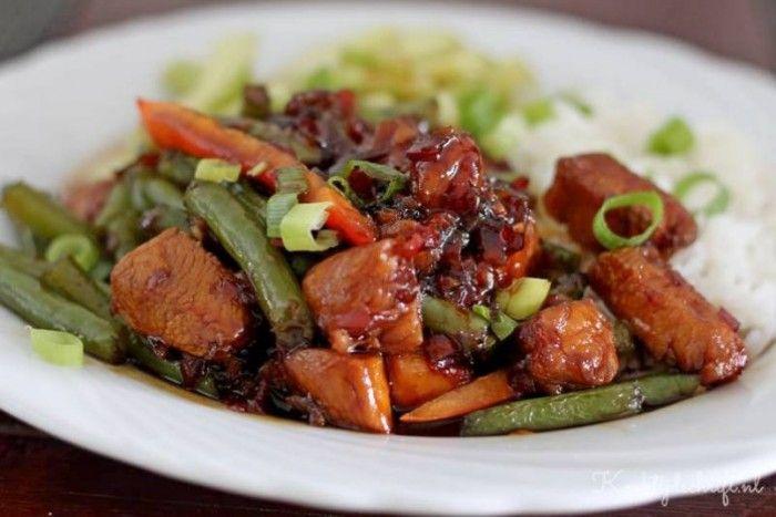 Heerlijke babi (ajam) ketjap gemaakt van kipfilet, zonder pakjes met heerlijke sperzieboontjes erdoor en pittige komkommersalade