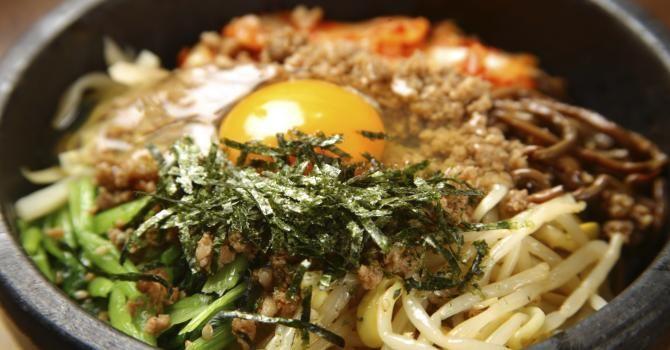 Recette de Bibimbap ou plat coréen de riz, légumes et viande marinée. Facile et rapide à réaliser, goûteuse et diététique.