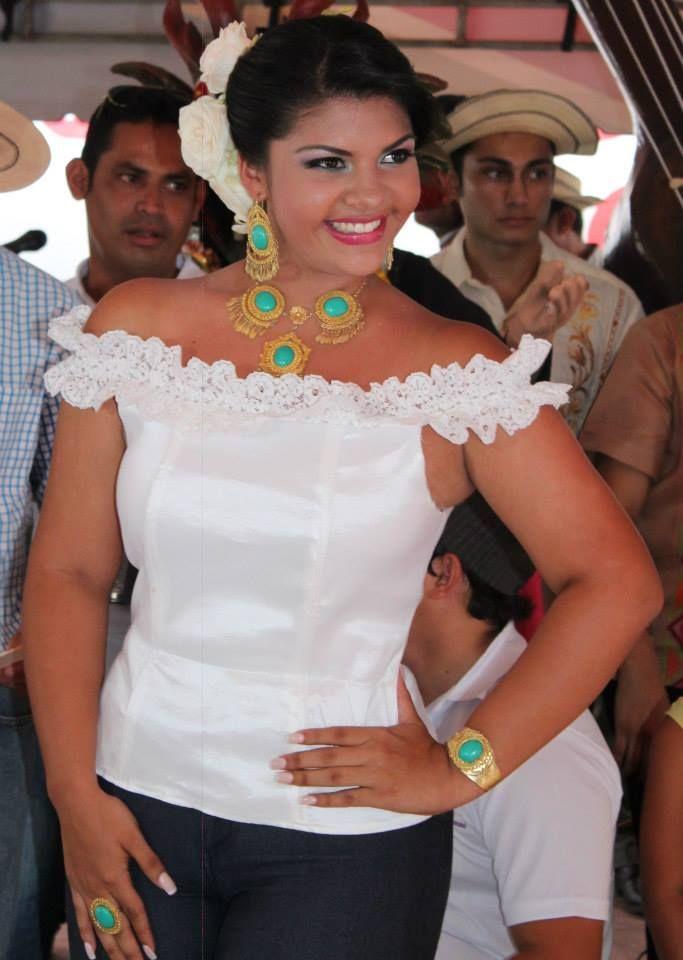 Estefany Pinzon Gonzalez, en una matanza en el 2014, luciendo una blusa blanca con una gargantilla de turquesas