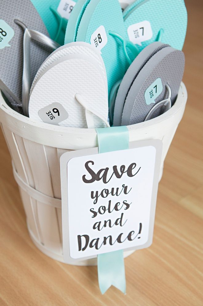 Awesome DIY idea for wedding guest flip flop favors - with FREE printables!
