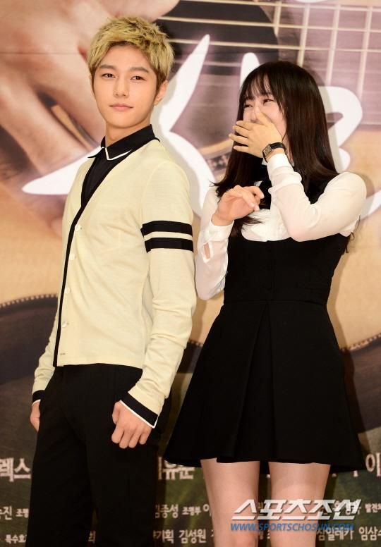 [NEWS PIC] 140915 SBS My Lovely Girl Press Conference - #인피니트 Myungsoo with Krystal #5 pic.twitter.com/MuUa8QMJH3