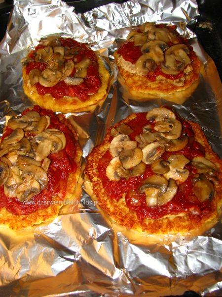 Schab zapiekany z serem, pieczarkami i sosem pomidorowym na ...