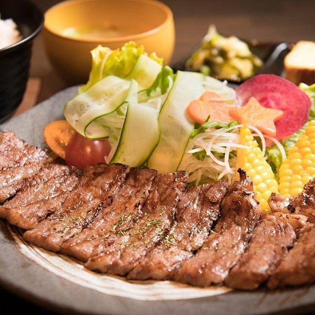 北杜市のお肉屋さん「ミート池田」さんの直営レストラン「肉ダイニング 天」。 甲州牛(黒毛和牛)ステーキ定食。  口の中でとろけるお肉♪  絶品!!うまうま。  @7716nanairo7716 #北杜市#長坂町#地域みっちゃく生活情報誌なないろ #肉ダイニング天#ミート池田 #グルメ#美味しい#肉#ステーキ#定食#ランチ#写真#デジタル一眼レフカメラ #カメラマン浅川さん撮影