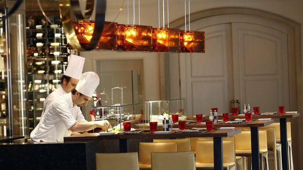 Cottocrudo ***1/2 Je tomu rok od znovuotevření restaurace pražského hotelu Four Seasons. Po hvězdičkovém Andreovi Accordim nastoupil na scénu Richard Fuchs. Jak se mu daří? http://life.ihned.cz/jidlo/c1-59453600