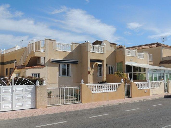 REF 582 : Leuke 2 slaapkamer Bungalow in Torrevieja voor € 85.000  Leuke 2 slaapkamer woning voor een uitzonderlijke prijs! De woning ligt in een mooie urbanisatie met een gezamenlijk zwembad en gezamenlijke tuinen. Deze woning is absoluut in zeer goede conditie. Er is een brede tuin aan de voorkant van de woning, afgesloten met een hek. U kunt ook de auto op uw eigen oprit parkeren. Boven heeft u een dakterras met een goed uitzicht over de omgeving, ook van flink formaat.