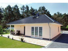 Bungalow 3-100-R – Einfamilienhaus von Elbe-Haus® – Informationszentrum Dresden   HausXXL #Massivhaus #Winkelbungalow #Walmdach