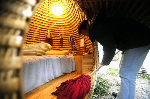 A solar-powered egg-shaped urban home by Dai Haifei -a 24-year-old architect from Beijing China. His off-the-grid, urban-nomadic home relies on solar power for energy.  (I want one): Architects Living, Sidewalks Eggs, Apartment Therapy, Eggshap Houses, Solar Power, Rad Architecture, Eggs Houses, Dai Haifei, Inspiration Galleries