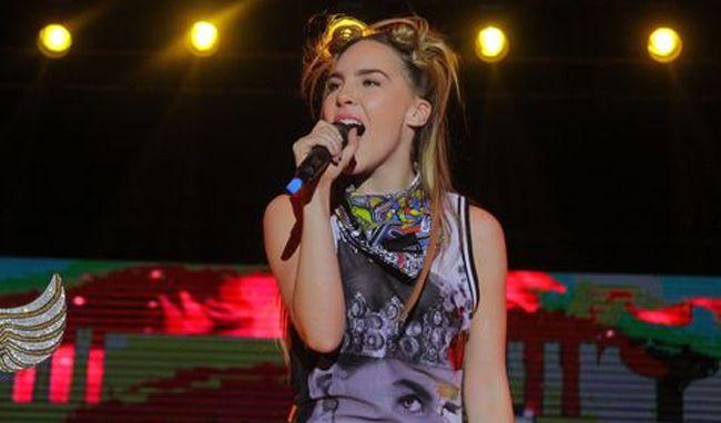 """Video: La cantante Belinda arremetió contra una fan """"aburrida"""" en su concierto."""