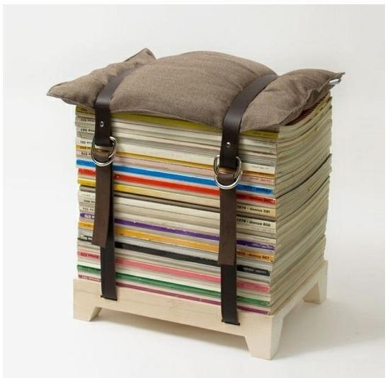重ねた雑誌の上に枕を置いてベルトで留めただけのイス