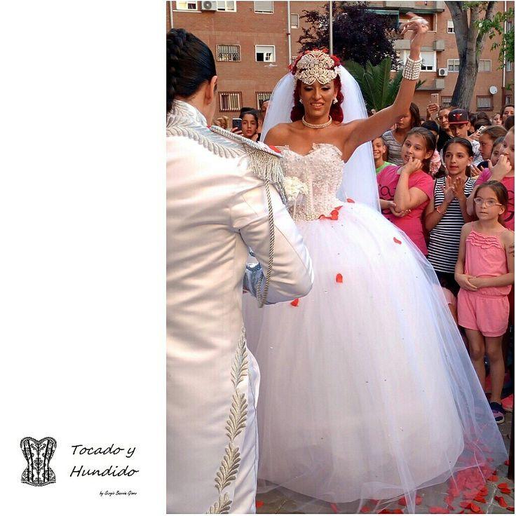 Orgullosos de meses de trabajos,  por fin os enseñamos uno de nuestros trabajamos más elegantes de este año,  y aunque muchos pensais en un vestido hortera al decir boda gitana,  nos equivocamos,  quedan joyas de vestidos como este.  Felicidades por el enlace pareja.