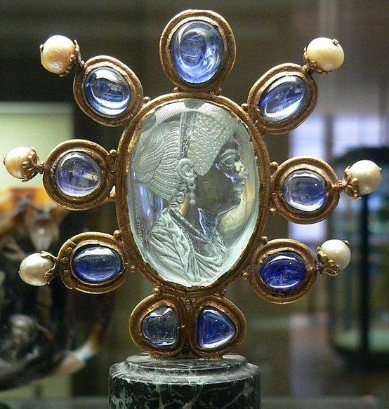 Intaglio of Julia, daughter of Titus. Aquamarine (2nd half of 1st CE) signed Evodos.   Carolingian frame (9th) surrounded by 9 sapphires and 6 pearls
