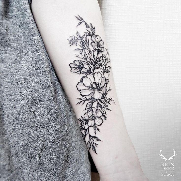 Achei fofa essa tatuagem de flores, fica super feminino.