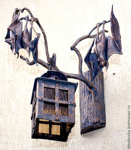 Купить или заказать фонарь на стену, бра ЛЕТУЧИЕ МЫШИ в интернет-магазине на Ярмарке Мастеров. Фонарь на стену, бра ЛЕТУЧИЕ МЫШИ. Ручная ковка. Как вы думаете, может ли фонарь или бра, которые вывешивают на стену возле входной двери в дом, стать визитной карточкой дома? Как-то к нам обратились с просьбой отковать фонарь на стену, который бы приглашал в особую, немного сказочную атмосферу современного мини замка. Думали, что может быть на стене, кроме старинного кованого фонаря?