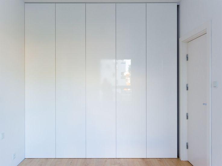 Biała szafa w sypialni - zdjęcie 1