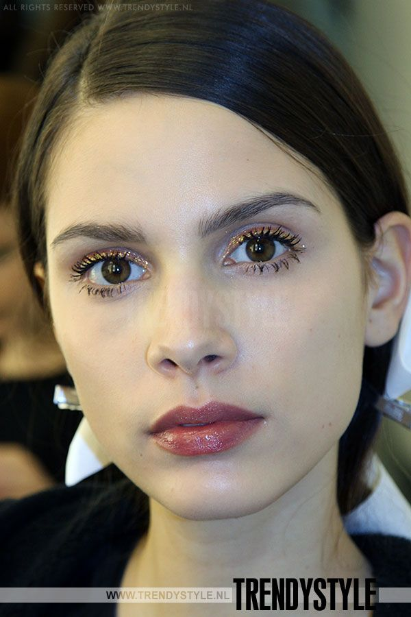 Natuurlijke make up voor herfst/winter 14/15 Aandacht voor de huid (naturel mogelijk), nepwimpers en lichte, neutrale lippenstift