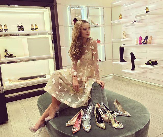 посмотреть на знаменитые платья Золушки в @tsum_moscow нужно успеть до 18 ноября, а чувствовать себя принцессой можно каждый день... ))) #magic #cinderella ❤️ туфли: dolce&gabanna. платье: simone rocha