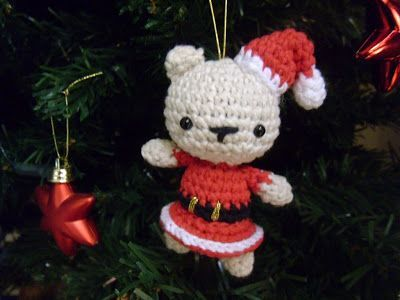 Osa de Navidad/Christmas Bear, free pattern in Spanish with detailed pictures from Es un Mundo Amigurumi.