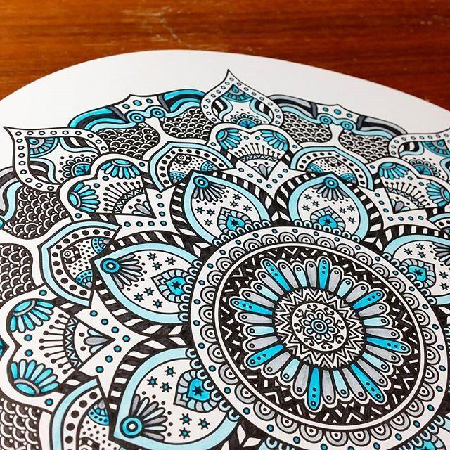 Mandala: blanco, negro y azul ❤