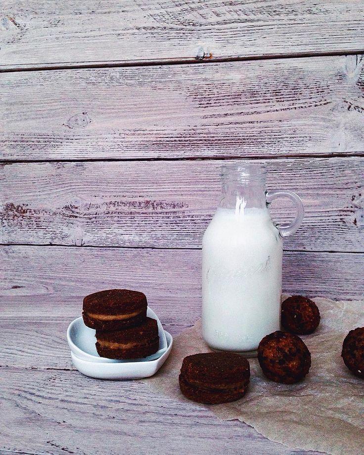 Лев толстой не зря любил миндальное молоко которе ему готовила его жена Софья. Неудивительно ведь свежеприготовленное миндальное молочко невероятно вкусный и полезный продукт. Очень многим подойдет  альтернатива в виде этого полезного молока. Например тем кто хочет избавиться от лишних килограммов или урегулировать уровень холестерина а также людям страдающим гастритом будет полезно включить миндальное молоко в ежедневный рацион. Оно также содержит витамин В2  который способствует укреплению…