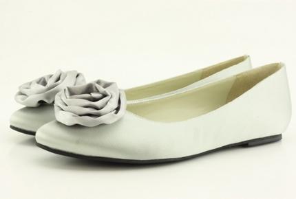 Unos zapatos bajos para novia.