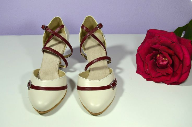 Svatební boty model Diana T-styl. Kombinace pravé kůže ivory + bordó (marshalla). svatební boty, svatební obuv, svadobné topánky, svadobná obuv, obuv na mieru, topánky podľa vlastného návrhu, pohodlné svatební boty, svatební lodičky, svatební boty na nízkém podpatku, nude boty, boty v telové barvě, svatební boty na nízkém podpatku, balerínky, pohodlné svatební boty, Retro svadobné topánky. Tanečné svadobné topánky. Kožené svadobné topánky
