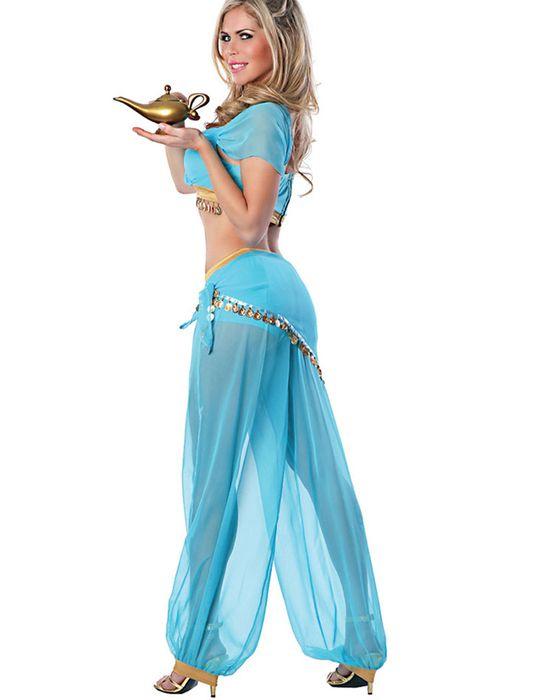 Licht blauw pakje bestaande uit een topje en pof-broek. De broek heeft een korter broekje en is doorschijnend. Het blauwe pakje heeft 2 gouden banden en 2 rijen met muntjes.  Stof: 95% Polyester, 5% Spandex Verkrijgbaar voor €36,95.