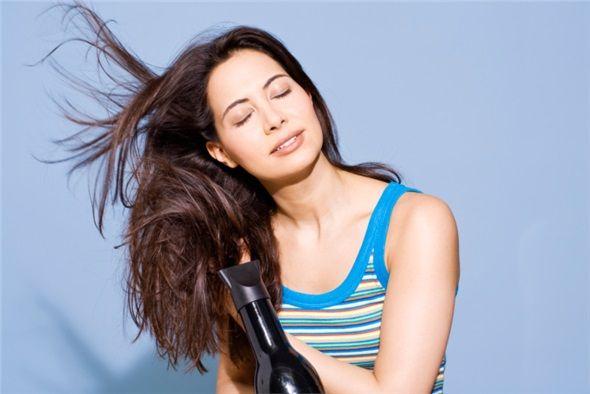 Saç kurutma makinesini ılık ayarda kullanın. Ne çok sıcak ne de çok soğuk kullanılmalıdır. Vücut ısısına yakın olmalı ve hızlı üflememelidir.