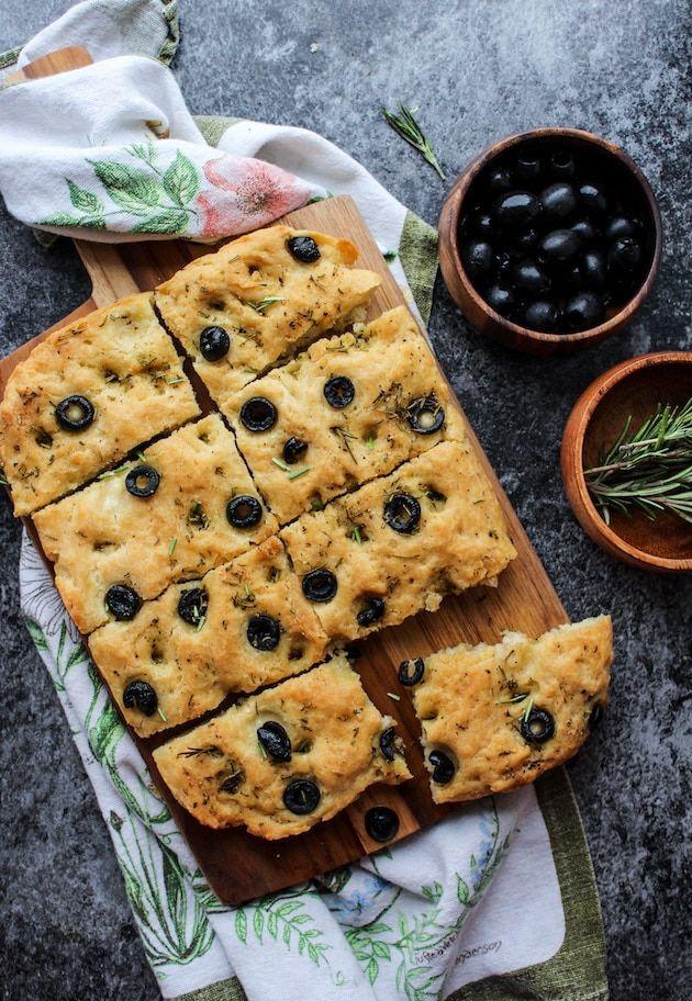 Οταν θέλετε να απολαύσετε μια στιγμή ή να περιποιηθείτε φίλους σας εκπλήξτε τους φτιάχνοντας πολύ εύκολα ένα ψωμί focaccia.